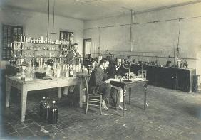 A corner of the chemistry laboratory, from 'Industrie des Parfums a Grasse', c.1900 (photo)
