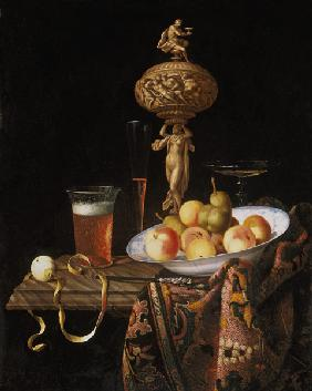 Fruit bowl, beer and wine-glass as well as Elfenbeinstatuette as Gefäss.
