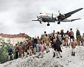 Berlin airlift : Blockade of Berlin by russian : Berliners looking at arrival of planes, approaching