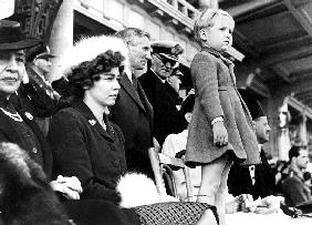 child Prince Constantin with his parents during exile in Egypte , here attending in Alexandria the G
