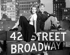 Debuts a Broadway BABES ON BROADWAY de BubsyBerkeley avec Judy Garland et Mickey Rooney