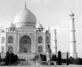 Jackie Kennedy in front of the Taj Mahal, India